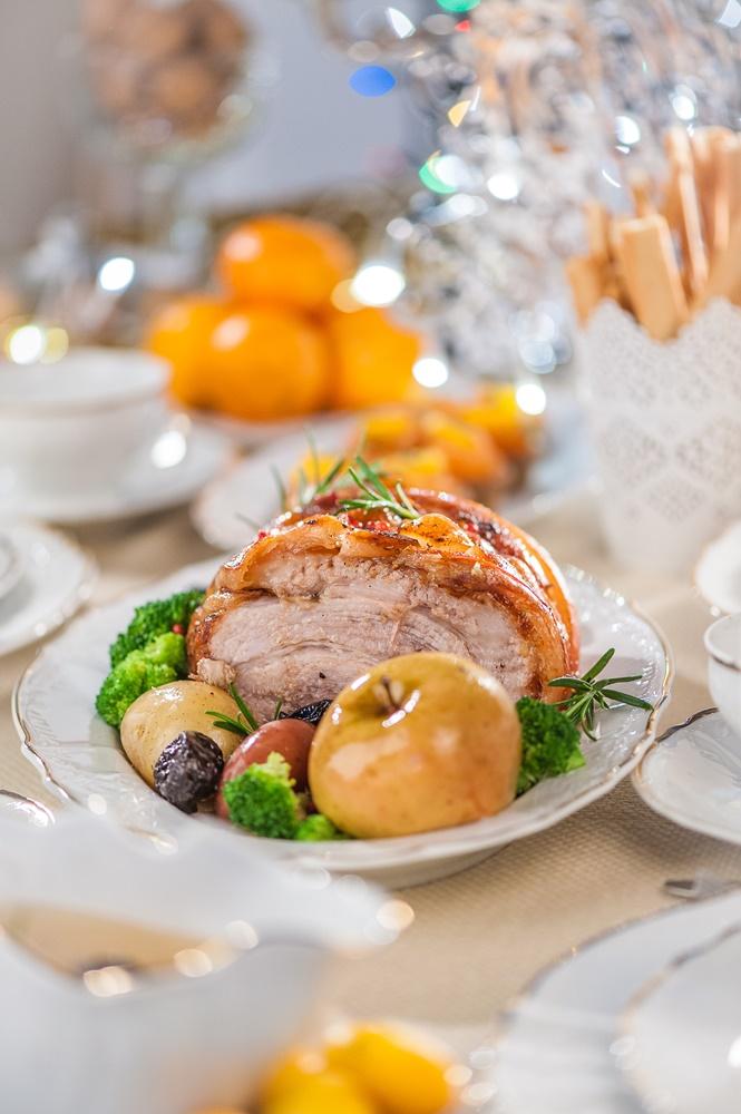 Ziemassvētku ēdiens: cūkgaļas cepetis ar žāvētām plūmēm