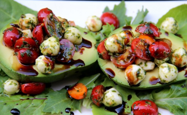 Drizzle-the-balsamic-vinegar-reduction-over-the-avocados