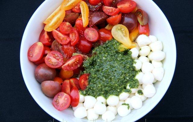 Mix-the-tomatoes-mozzarella-balls-and-basil-garlic-oil-in-a-bowl