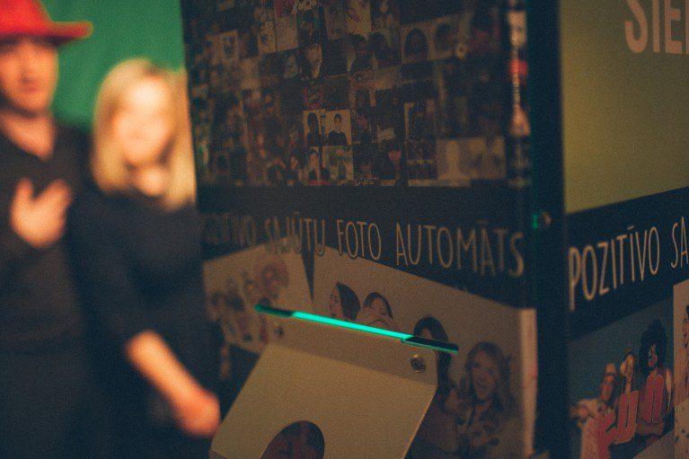 pozitīvo sajūtu fotoautomāts, fotosiena.lv, fotosiena, fotoautomāts rīgā, fotoautomāts ballīte, photo booth in Riga, idejas kāzām