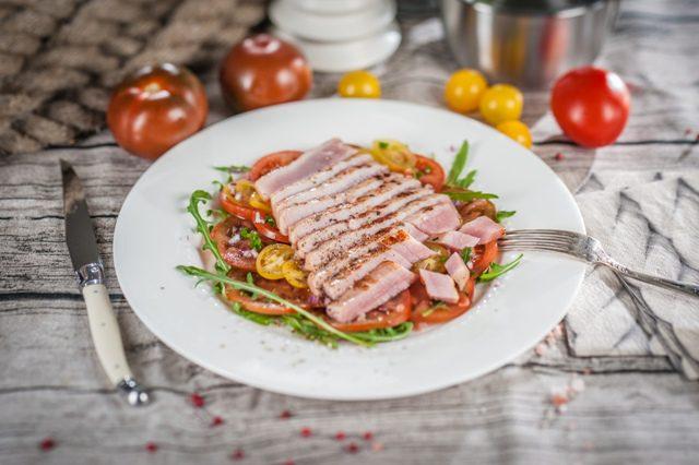 Tunča steiks ar tomātu karpačio